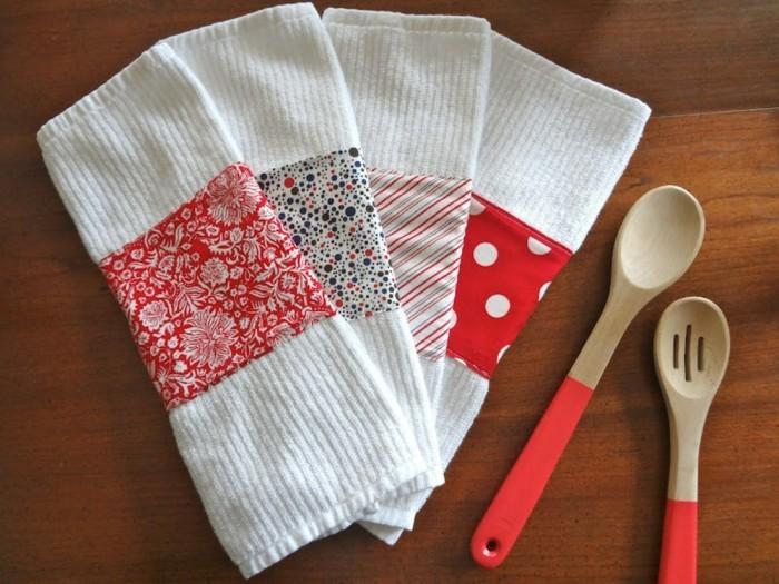 Regali fatti a mano, strofinaci colore bianco decorati, mestoli di cucina in legno manico gomma rosso