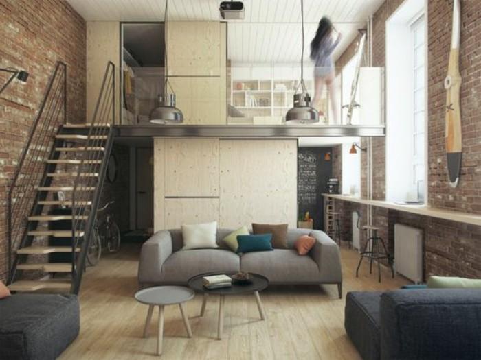 un'idea per arredare un monolocale con un soppalco, divano color tortora, tavolini caffé bassi, scala