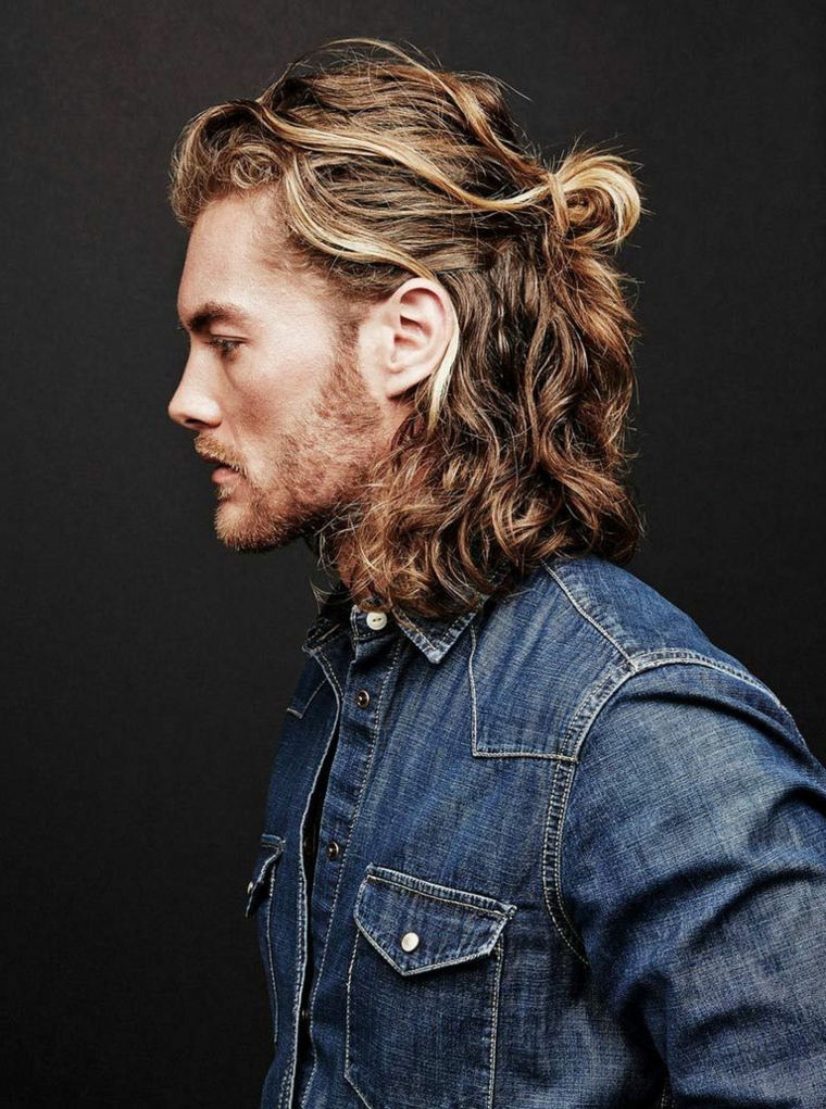Uomini bellissimi con capelli lunghi, taglio scalato di colore biondo, raccolto mosso
