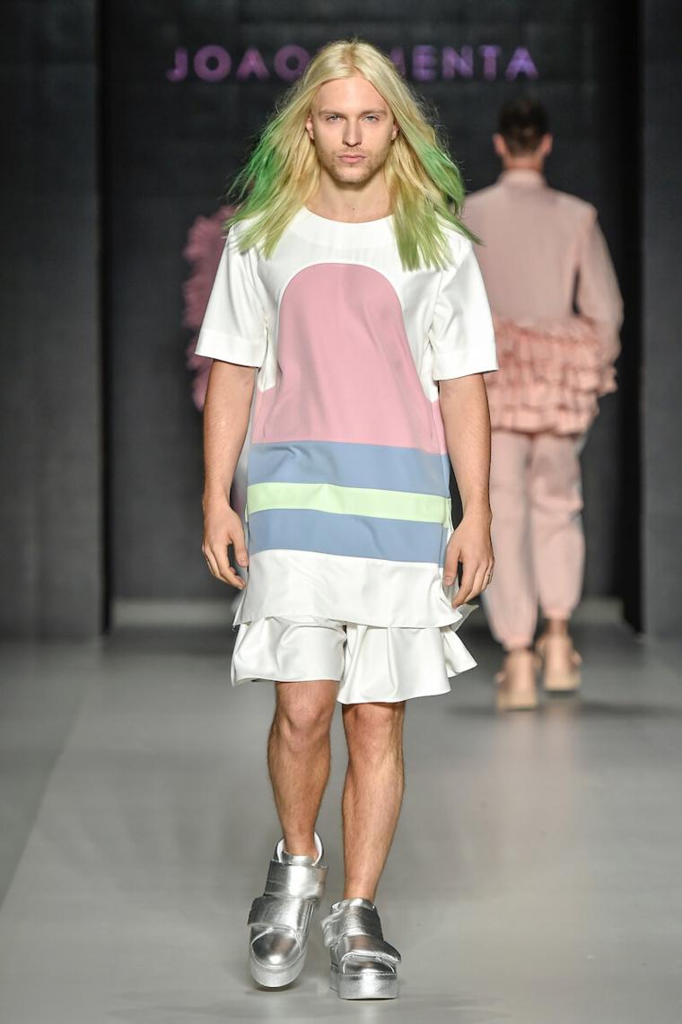 Capelli lunghi uomo, biondi e punte colorate di verde, passerella di moda, scarpe grigio argento