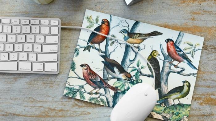 Idea regalo per l'ufficio, tappetino con motivi floreali e uccelli, scrivania con tastiera e mouse