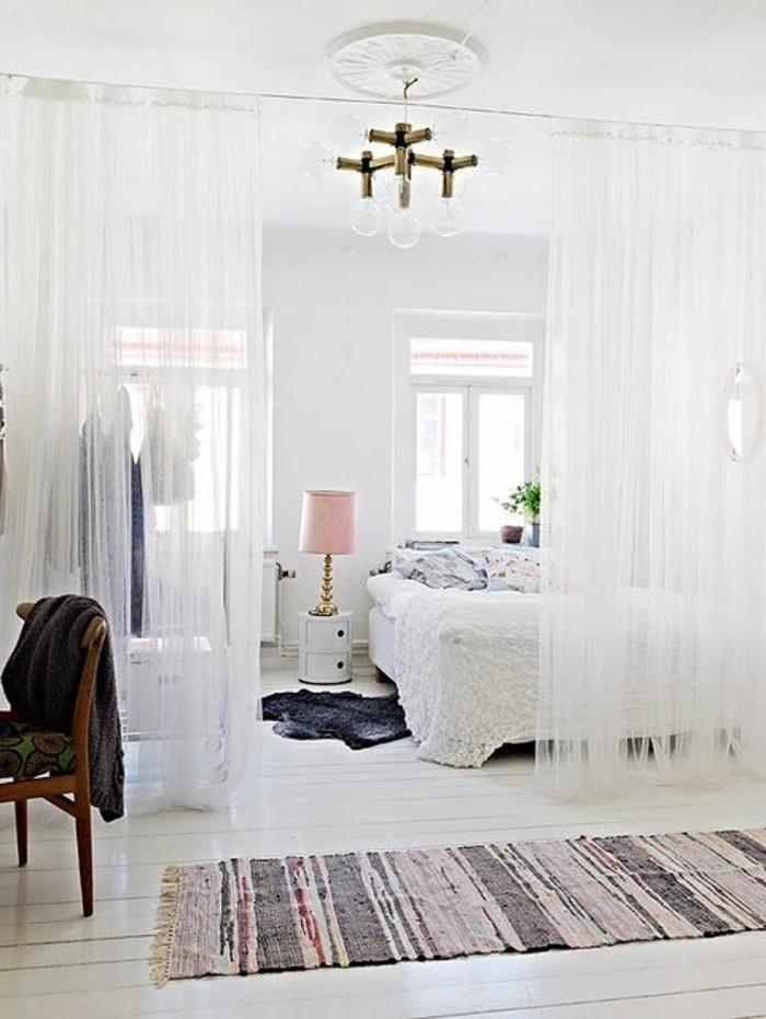 un'idea per arredare piccolo appartamento, con un tappeto a righe, tende bianche leggere come divisorio