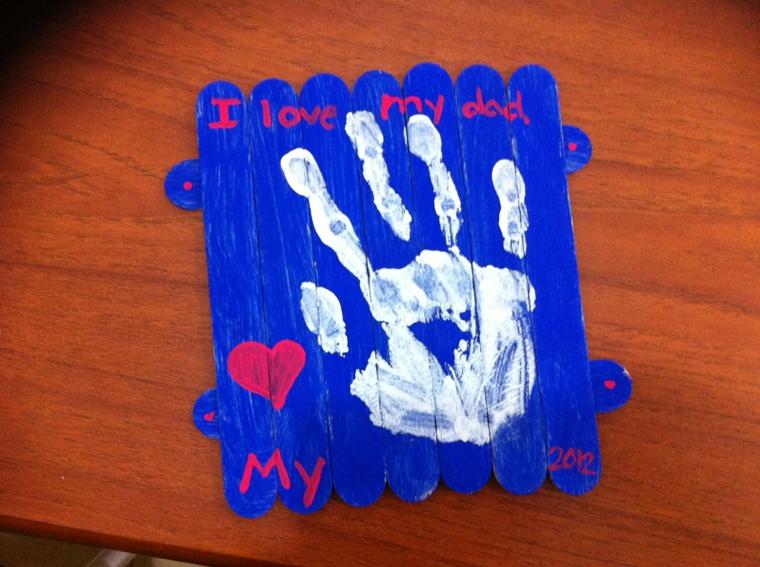 idea per dei lavoretti festa del papà da realizzare con dei bastoncini in legno con l'impronta della mano