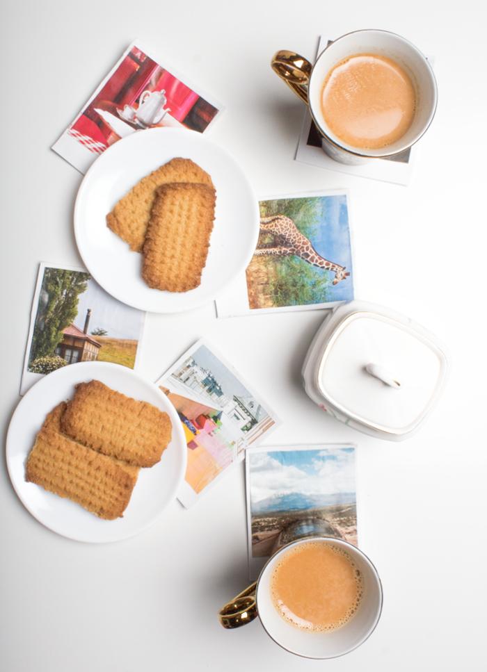 Sottobicchieri con fotografie, tazzine con caffè. piattini con biscotti, regalini fai da te