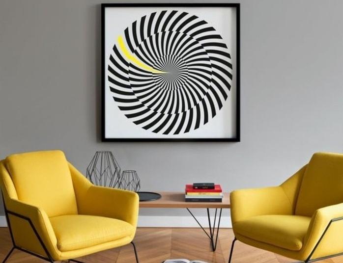 Idea come abbinare i colori, parete grigia accostamento poltrone soggiorno gialle, quadro grafico