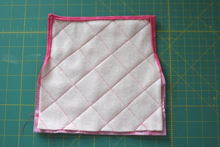bordi delle stoffe cuciti, una delle fasi finali della realizzazione degli inviti festa di compleanno fai da te