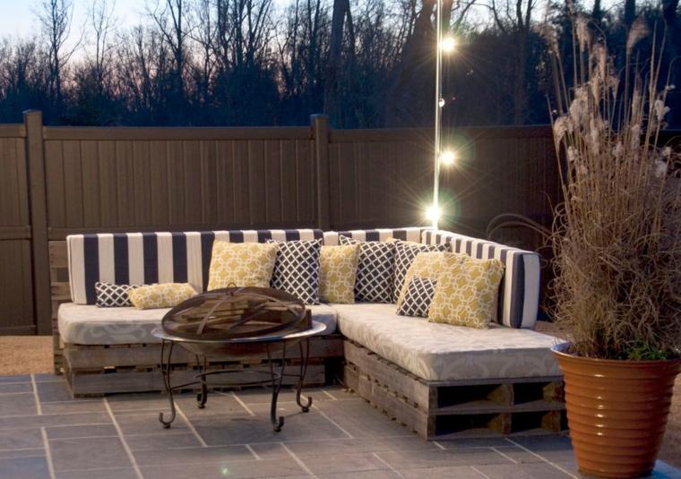 1001 idee per divani con bancali per interni ed esterni for Idee divani