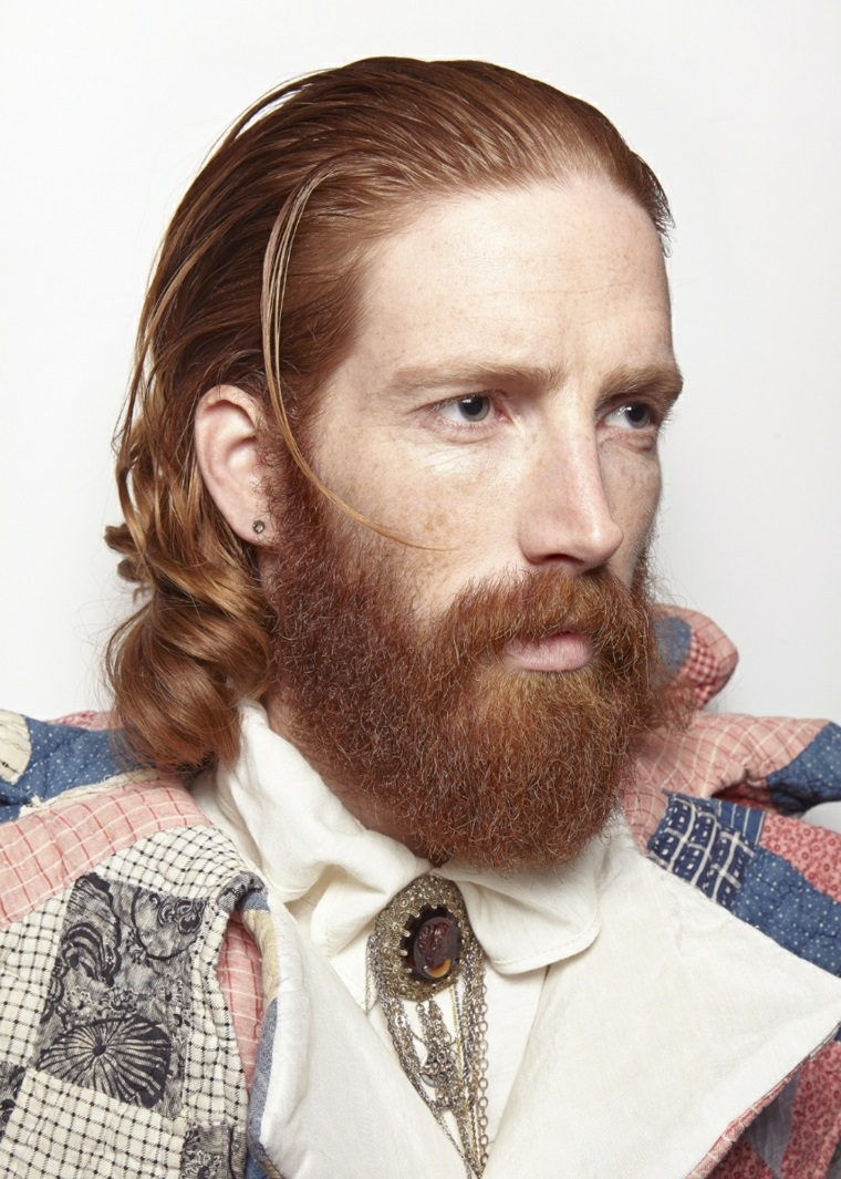 Tagli capelli uomo, colore rosso con barba, abbigliamento grunge con spilla vintage