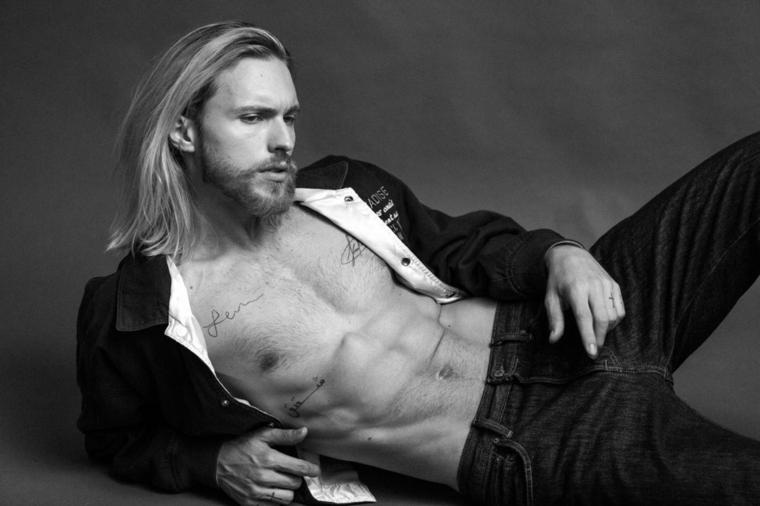 Capelli lunghi uomo, media lunghezza di colore biondo, modello con jeans e camicia