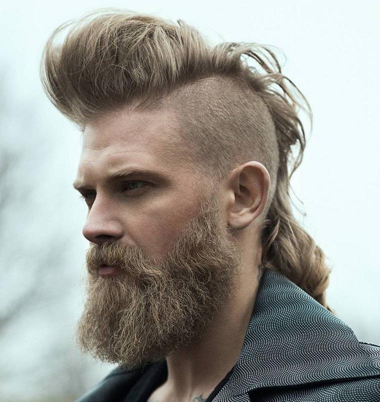 Ragazzo con capelli biondi lunghi, acconciatura da vichingo in abbinamento ad una lunga barba