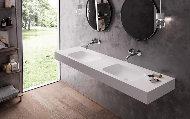 Interni case moderne, sala da bagno arredata con un mobile di colore bianco sospeso