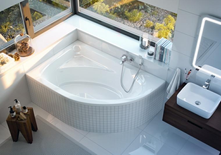 Come arredare un bagno piccolo, vasca da bagno angolare, mobile in legno con lavabo da appoggio