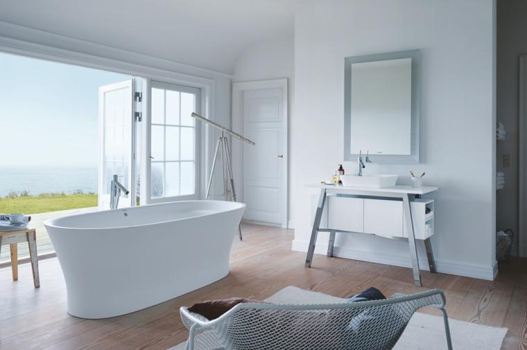 Bagni moderni piccoli, arredamento minimal mobili di colore bianco, pavimento parquet in legno