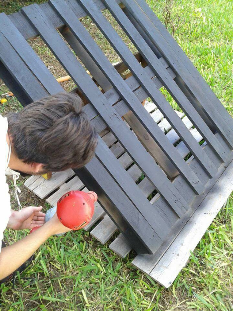 passaggio per la creazione di mobili con pallet: l'applicazione della vernice spray