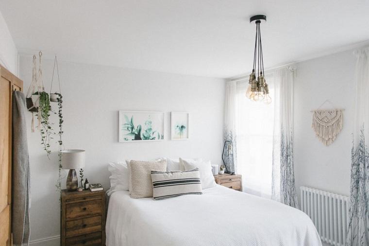 Idee arredo casa, camera da letto con pareti di colore bianco, decorazioni boho e piante rampicanti