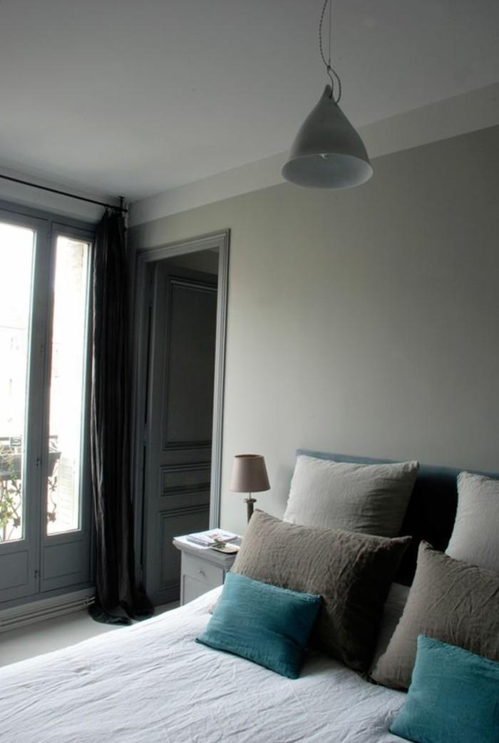 Camera da letto, colori pareti grigio scuro, tende pesanti, letto e comodino in legno