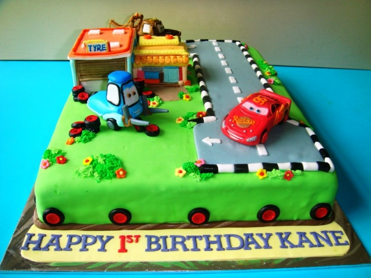 Torta di compleanno bimbo di un anno, decorata con i personaggi del cartone Cars