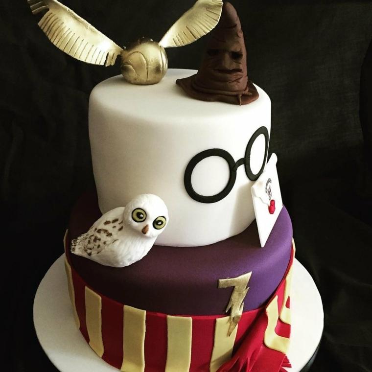 Cake design e un'idea ispirata a Harry Potter, torte per bambini, decorazione con cappello e uccellino