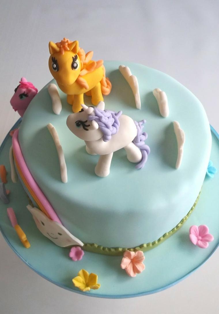 Torta compleanno bimba, i personaggi del cartone My little pony fatti da pasta di zucchero