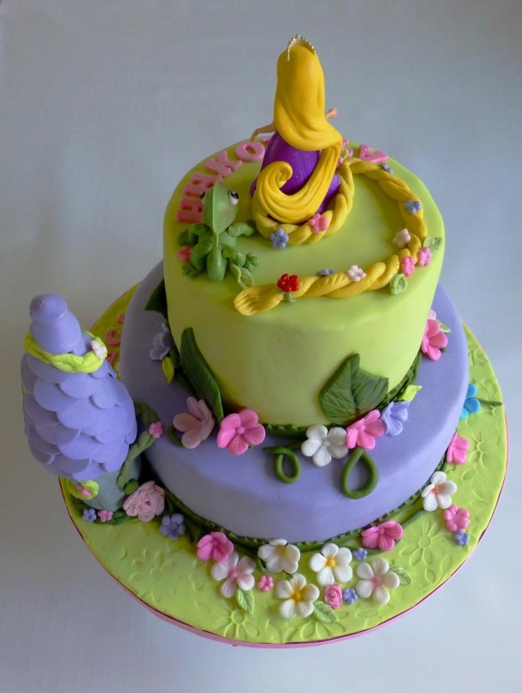Torte per bambini, idea dolce a due piani con la principessa Rapunzel, decorata con fiorellini e foglie verdi
