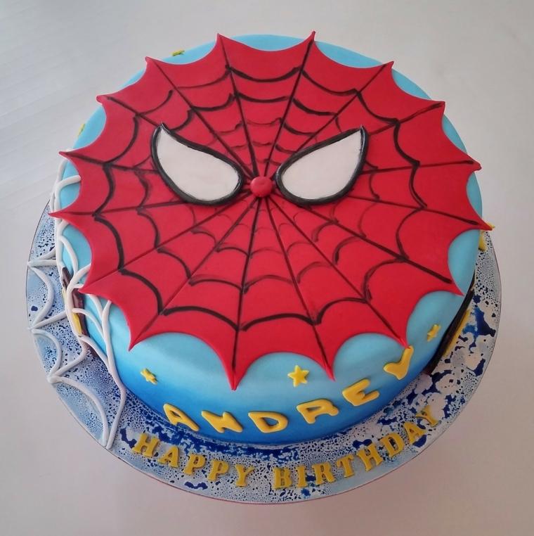 Foto torte compleanno per maschietto, decorazione con la faccia di spiderman e la scritta Happy Birthday