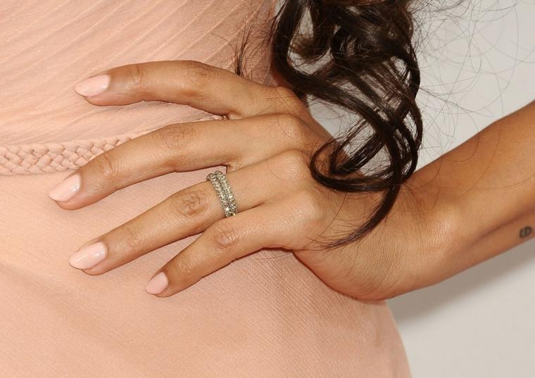esempio di unghie rosa antico in tono con il colore dell'abito, doppia fede di brillanti