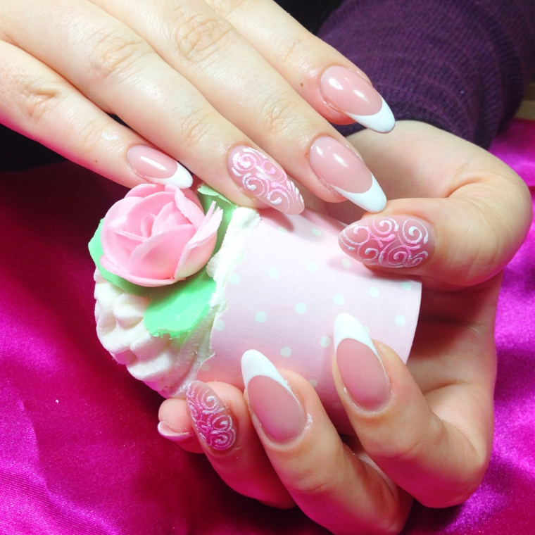 Manicure sposa, unghie a stiletto con french su base rosa, accent nail disegni motivi floreali