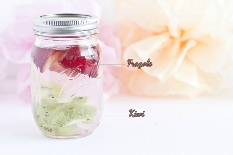 Ricette sgonfia pancia, barattolo di vetro con una bevanda a base di acqua, kiwi e fragole