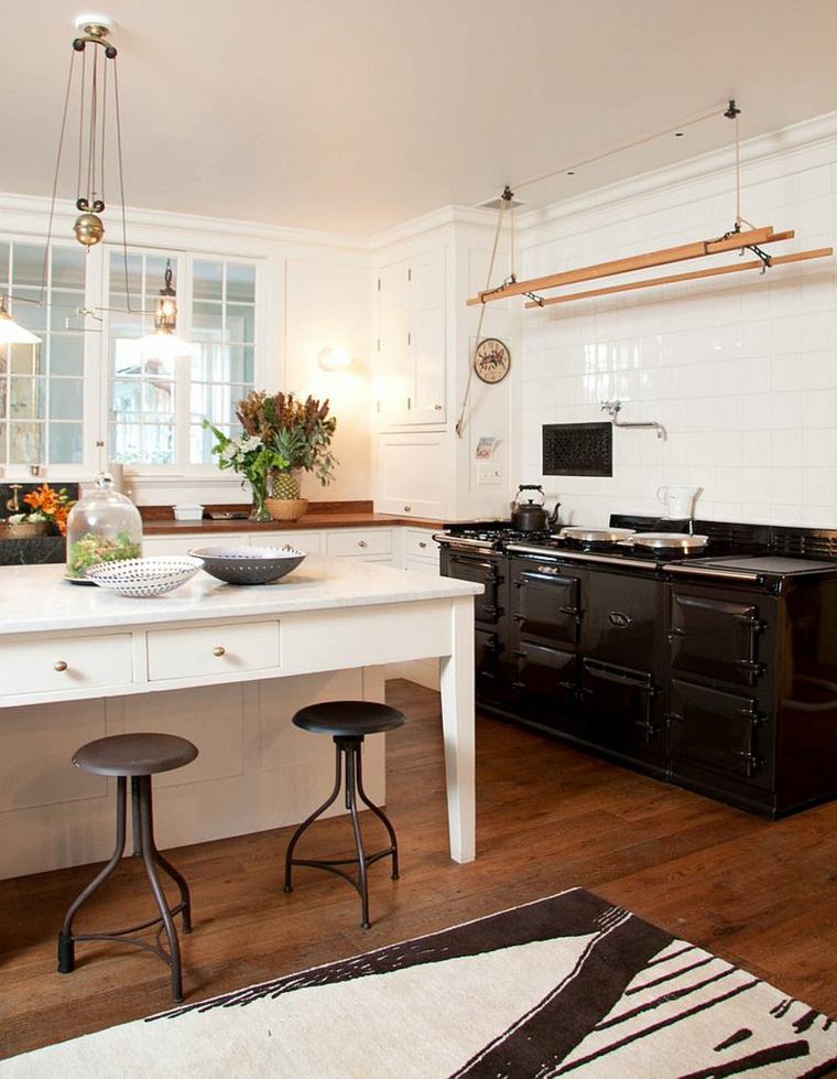 ampia cucina con pavimento in parquet, mobili bianchi e neri: stile shabby chic cucina
