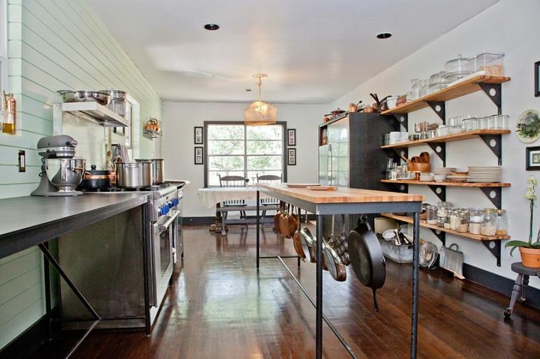 idea per arredare cucine shabby chic moderne con scaffali in legno e piano di lavoro con pentole appese