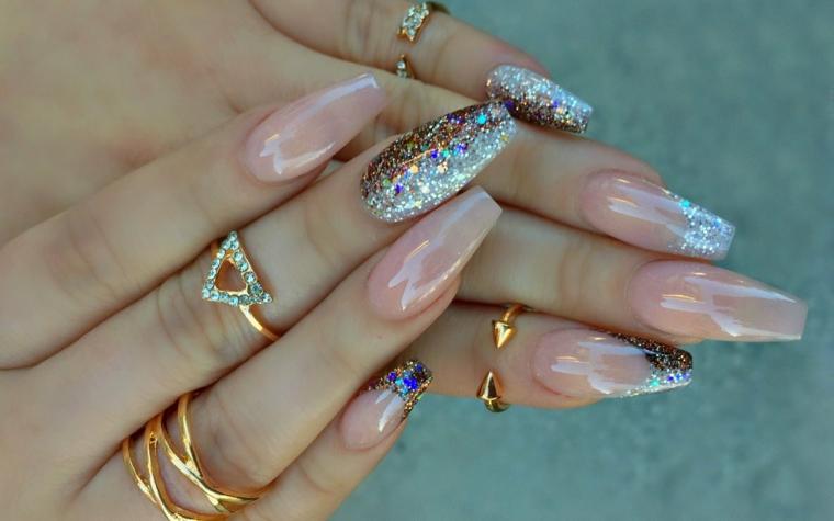 Unghie eleganti per matrimonio, manicure stiletto lungo con accent nail glitter argento, anelli in oro