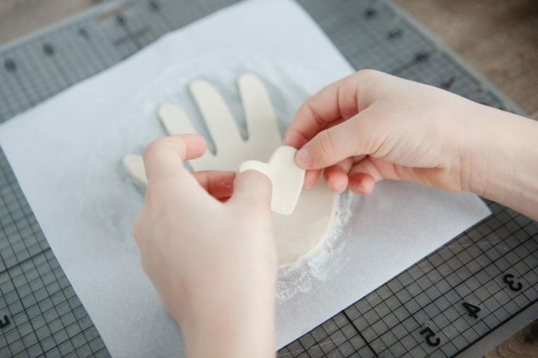 cuoricino pronto per essere posto al centro della mano, lavoretti per la mamma facili
