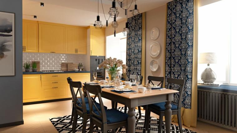 Cucina open space, mobili di colore giallo e decorazioni da parete con piatti, lampadario sospensione moderno