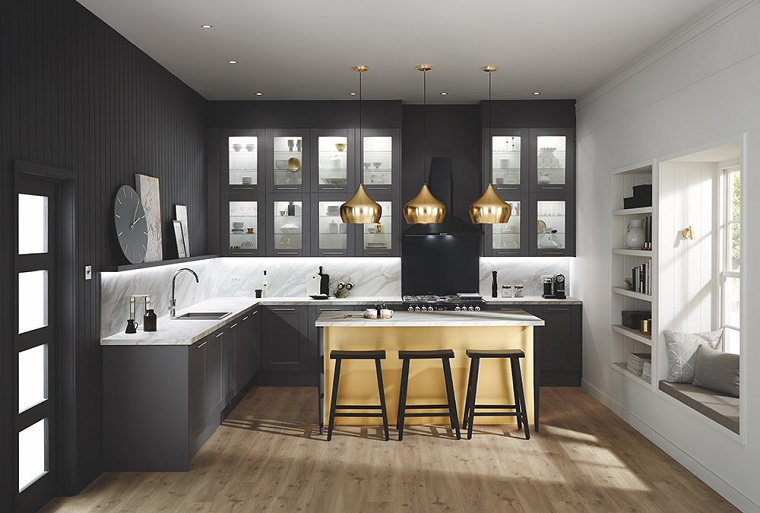Idea per arredare cucina piccola, mobili in legno di colore nero, isola centrale con tre sgabelli, tre lampadari sospesi