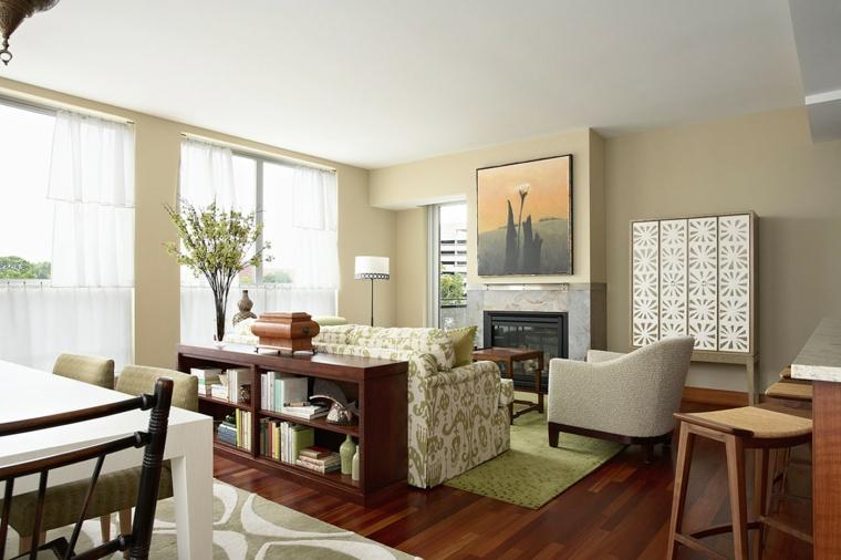 esempio di allestimento salotti moderni con un divano bianco con fantasie verdi, un mobile a libreria basso e un tavolo bianco