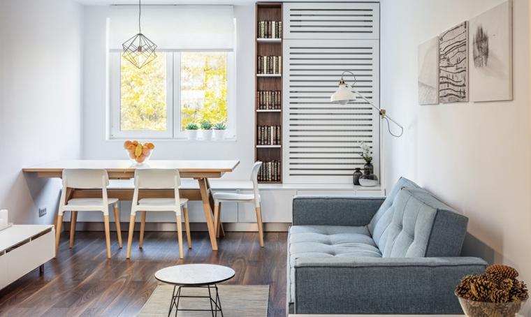 Salotto con pavimento di legno, divano grigio due posti, tavolo da pranzo rettangolare