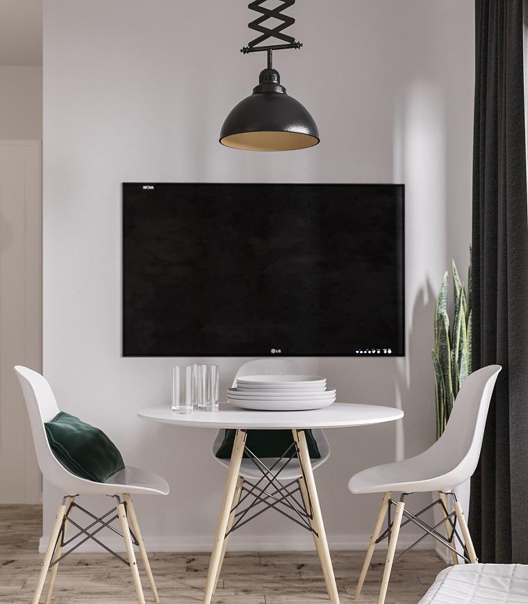 Smart tv da appendere, arredare salotto piccolo, tavolo da pranzo rotondo, due sedie gambe di legno