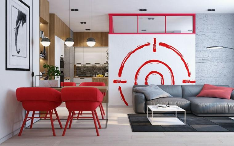 Come arredare un soggiorno rettangolare, sedie di colore rosso, divano grigio di pelle