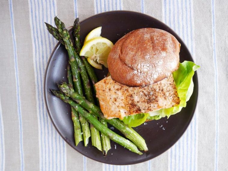 Filetto di salmone in un panino con contorno di asparagi, secondi piatti semplici e gustosi
