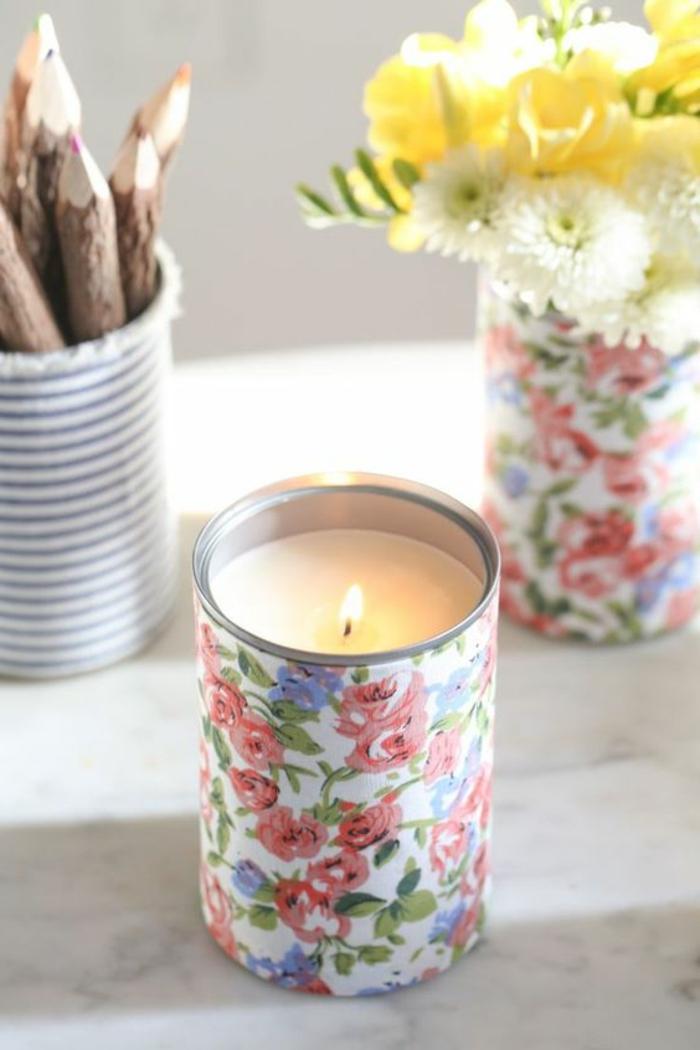 Candele fatte in casa, barattolo di latta utilizzato come portacandele, decorato con stoffa motivi floreali
