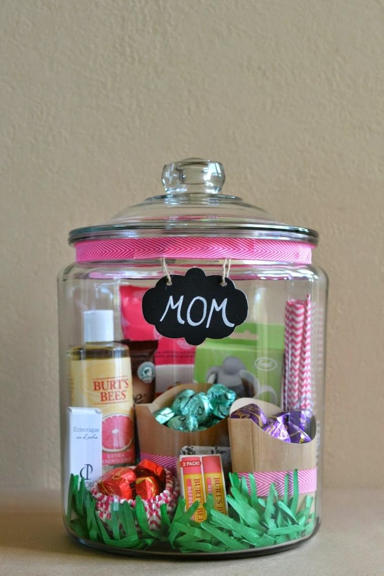 cioccolatini, cosmetici e altri regali in un barattolo di vetro, idea per lavoretti festa della mamma