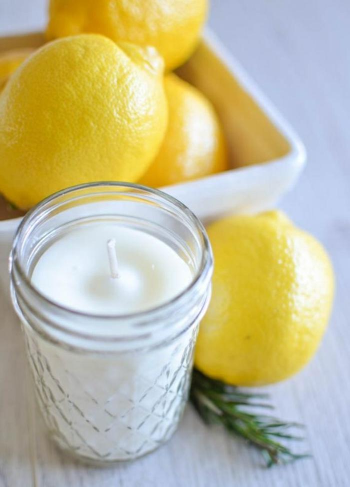 Creare candele in casa, candela con cera bianca e stoppino in barattolo di vetro all'aroma di limone