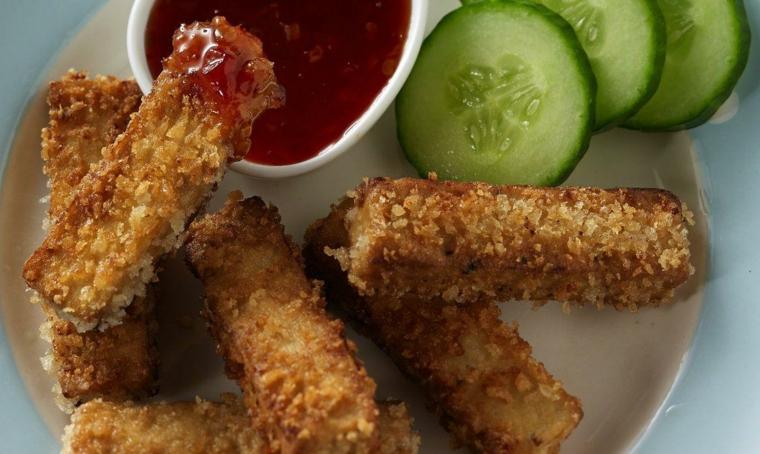 idea per cucinare del formaggio molle in panetti, bastoncini di tofu croccante con salsa e cetrioli
