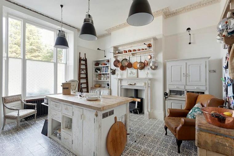 ottima idea per arredare shabby chic cucina con un'isola al centro, mobili bianchi e poltrona di pelle