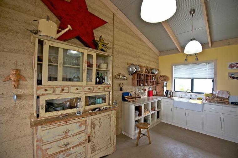 ottima idea per arredare shabby chic cucina con mobili dall'aspetto vissuto, grande stella rossa, lampadari a campana