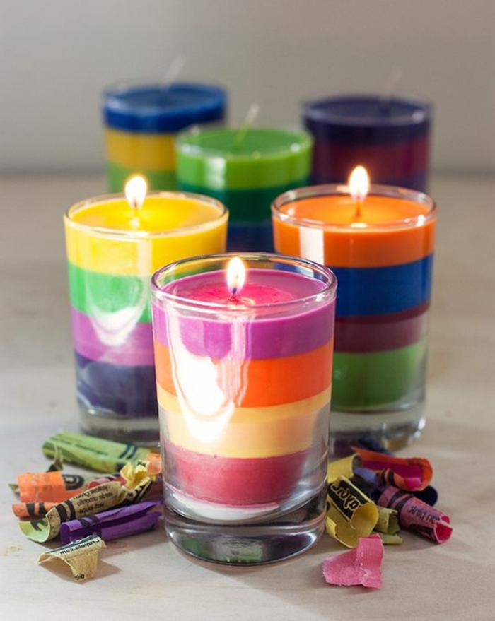 Creare candele colorate con i colori pastello, bicchieri di vetro come portacandele