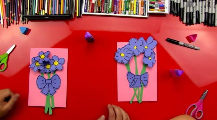 idea per dei disegni per la festa della mamma, biglietti rosa con dei fiori viola con il fiocco