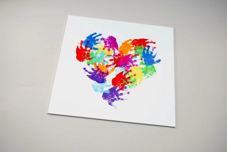 idea per dei disegni per la festa della mamma, un cuore con le impronte delle mani colorate
