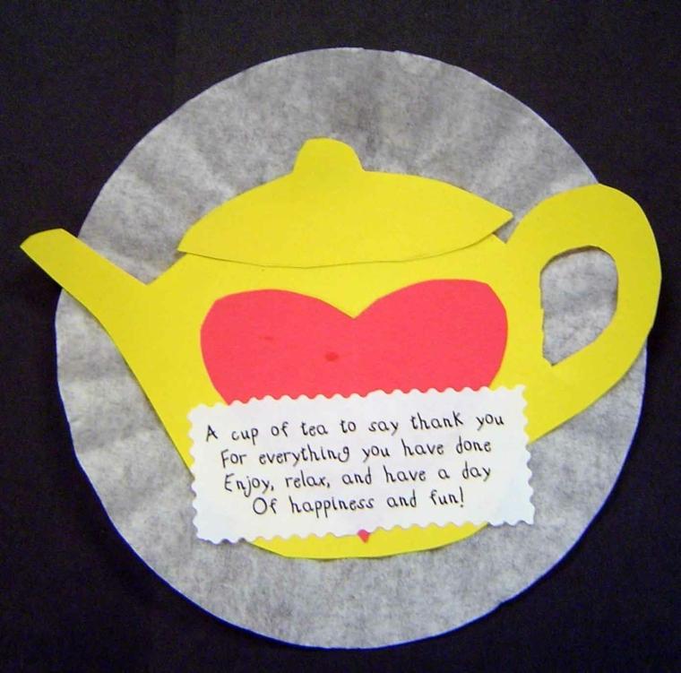 idea per dei disegni festa della mamma, una teiera con un cuore e un biglietto con una poesia