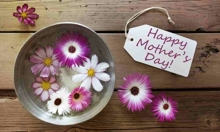 immagine con disegni per la festa della mamma con tanti fiori colorati bianchi e fucsia